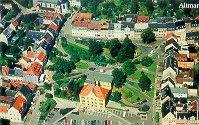 Das Bild zeigt eine Luftaufnahme der Stadt Hohenstein-Ernstthal mit mehreren Häusern und einem Park
