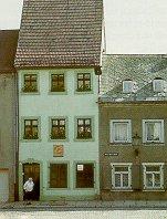 Das Bild zeigt ein schmales Gebäude in Hohenstein-Ernstthal