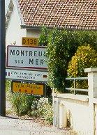 Das Bild zeigt die Ortseingangsschilder von Montreuil